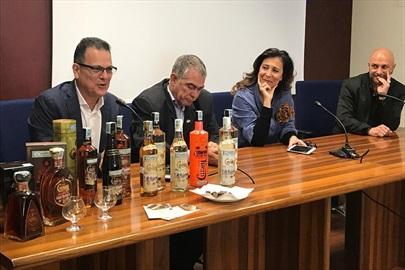 Confcommercio ospita il maestro cubano Julio Enrique Ayan Rial una lezione sulla storia del rum ai corsisti bar tender